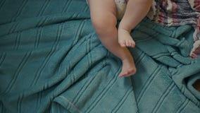Πόδια ενός μωρού έξι μηνών που φορά τις πάνες απόθεμα βίντεο