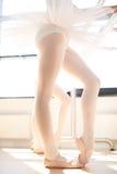 Πόδια ενός νέου ballerina στα παπούτσια pointe Στοκ Φωτογραφίες