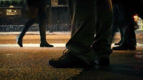 Πόδια κάποιου που περιμένει οδικώς στις χιονοπτώσεις απόθεμα βίντεο