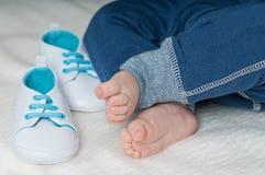 Πόδια και παπούτσια παιδιών Στοκ εικόνες με δικαίωμα ελεύθερης χρήσης