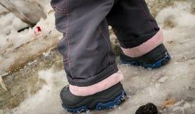 Πόδια και χιόνι του υγρού μωρού το χειμώνα Στοκ φωτογραφία με δικαίωμα ελεύθερης χρήσης
