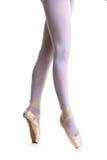 Πόδια κινηματογραφήσεων σε πρώτο πλάνο του νέου ballerina στα παπούτσια pointe Στοκ εικόνα με δικαίωμα ελεύθερης χρήσης