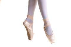 Πόδια κινηματογραφήσεων σε πρώτο πλάνο του νέου ballerina στα παπούτσια pointe Στοκ Εικόνες