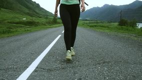 Πόδια κοριτσιών που περπατούν κατά μήκος του δρόμου απόθεμα βίντεο