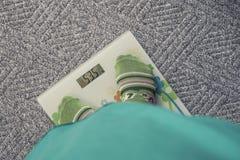 Πόδια κοριτσιών που στέκονται στις κλίμακες Στοκ Φωτογραφίες