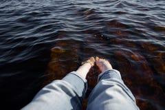 Πόδια κοριτσιών ` s στο νερό λιμνών Στοκ Φωτογραφίες