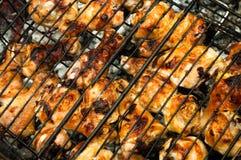 Πόδια κοτόπουλου σε ένα πικ-νίκ σχαρών δικτυωτού πλέγματος υπαίθρια Στοκ Εικόνα