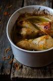 Πόδια κοτόπουλου στην πορτοκαλιά σάλτσα Στοκ Εικόνα