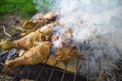 Πόδια κοτόπουλου στον καπνό Στοκ φωτογραφία με δικαίωμα ελεύθερης χρήσης