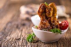 Πόδια κοτόπουλου σχαρών Ψημένο στη σχάρα BBQ ποδιών κοτόπουλου με το μαϊντανό και την ντομάτα σουσαμιού Στοκ εικόνα με δικαίωμα ελεύθερης χρήσης