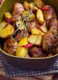 Πόδια κοτόπουλου ψητού με τις πατάτες Στοκ Φωτογραφίες