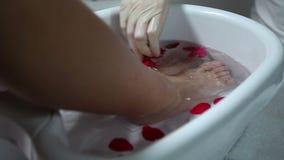 Πόδια μασάζ woman spa στο σαλόνι φιλμ μικρού μήκους