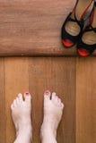 Πόδια με πελεκημένος nailpolish και μαύρα παπούτσια στοκ φωτογραφίες