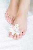 Πόδια με το pedicure και τα λουλούδια Στοκ εικόνες με δικαίωμα ελεύθερης χρήσης