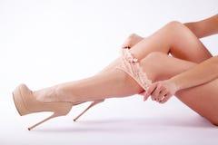 Πόδια μιας γυναίκας στα highheels και έναν panty Στοκ φωτογραφία με δικαίωμα ελεύθερης χρήσης
