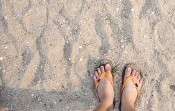 Πόδια μιας γυναίκας στην παραλία Στοκ Εικόνες