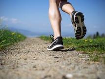 Πόδια μιας γυναίκας jogger στη χώρα Στοκ Εικόνα