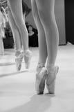 Πόδια μπαλέτου που διασχίζονται στο pointe σε γραπτό Στοκ εικόνες με δικαίωμα ελεύθερης χρήσης