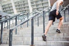 Πόδια να ανεβεί ατόμων στα σκαλοπάτια Στοκ φωτογραφία με δικαίωμα ελεύθερης χρήσης