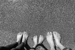Πόδια οικογενειακά στη θάλασσα στην αμμώδη παραλία όμορφες νεολαίες γυναικών διακοπών λιμνών έννοιας Στοκ Φωτογραφίες