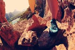 Πόδια ορειβατών βράχου υπαίθρια Στοκ φωτογραφία με δικαίωμα ελεύθερης χρήσης