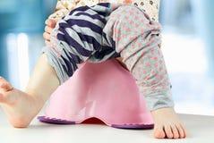 Πόδια παιδιών που κρεμούν κάτω από ένα αίθουσα-δοχείο στοκ φωτογραφία με δικαίωμα ελεύθερης χρήσης