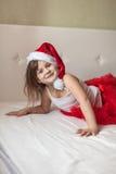 Πόδια παιδιών στα ριγωτά κατώτατα σημεία πυτζαμών του νέου έτους στο κρεβάτι, Στοκ εικόνες με δικαίωμα ελεύθερης χρήσης