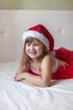 Πόδια παιδιών στα ριγωτά κατώτατα σημεία πυτζαμών του νέου έτους στο κρεβάτι, Στοκ Εικόνες