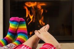 Πόδια που θερμαίνουν από την εστία στοκ εικόνες