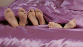 Πόδια που κολλούν από κάτω από το κάλυμμα φιλμ μικρού μήκους