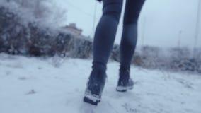 Πόδια που τρέχουν το κορίτσι απόθεμα βίντεο