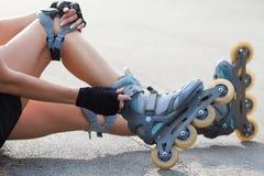 Πόδια που φορούν το παπούτσι πατινάζ κυλίνδρων Στοκ Φωτογραφίες