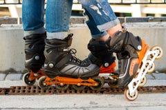 Πόδια που φορούν rollerblades Στοκ Φωτογραφία
