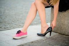 Πόδια πόνου - μεταβαλλόμενα παπούτσια Στοκ Φωτογραφίες