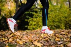 Πόδια δρομέων αθλητών, κινηματογράφηση σε πρώτο πλάνο στα παπούτσια Στοκ Φωτογραφία