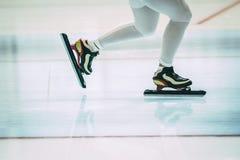 Πόδια σκέιτερ κοριτσιών Στοκ Φωτογραφίες