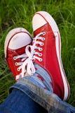 Πόδια στα βρώμικα κόκκινα πάνινα παπούτσια υπαίθρια Στοκ φωτογραφία με δικαίωμα ελεύθερης χρήσης