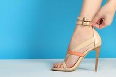 Πόδια στα μοντέρνα ψηλοτάκουνα παπούτσια Στοκ εικόνα με δικαίωμα ελεύθερης χρήσης