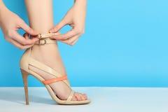 Πόδια στα μοντέρνα ψηλοτάκουνα παπούτσια Στοκ Εικόνες