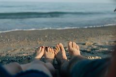 Πόδια στα πλαίσια των κυμάτων θάλασσας Στοκ εικόνες με δικαίωμα ελεύθερης χρήσης