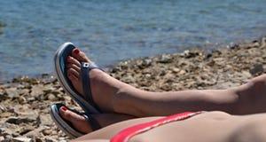 Πόδια στα σανδάλια παραλιών Στοκ εικόνες με δικαίωμα ελεύθερης χρήσης