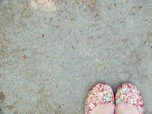 Πόδια στην άσφαλτο Στοκ εικόνες με δικαίωμα ελεύθερης χρήσης