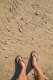 Πόδια στην παραλία με τα θαλασσινά κοχύλια Στοκ φωτογραφία με δικαίωμα ελεύθερης χρήσης
