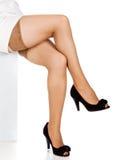 Πόδια στις γυναικείες κάλτσες και τα μαύρα παπούτσια Στοκ εικόνες με δικαίωμα ελεύθερης χρήσης