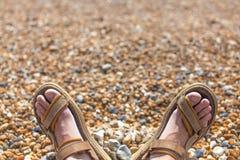 Πόδια στις σαγιονάρες στην παραλία Στοκ φωτογραφίες με δικαίωμα ελεύθερης χρήσης
