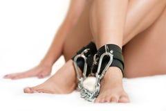 Πόδια στους δεσμούς Στοκ φωτογραφία με δικαίωμα ελεύθερης χρήσης