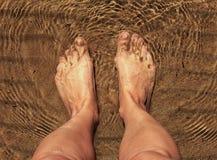 Πόδια στο θαλάσσιο νερό Στοκ Εικόνες