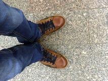 Πόδια στο πεζοδρόμιο Στοκ εικόνες με δικαίωμα ελεύθερης χρήσης
