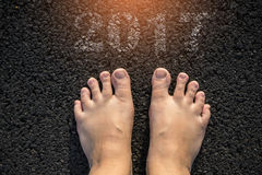 Πόδια στο δρόμο ασφάλτου Στοκ εικόνα με δικαίωμα ελεύθερης χρήσης