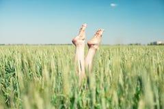Πόδια στο σίτο Στοκ φωτογραφία με δικαίωμα ελεύθερης χρήσης